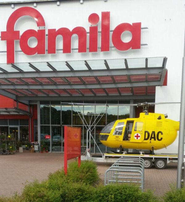 Rettungshaubschrauber vor Supermarkt