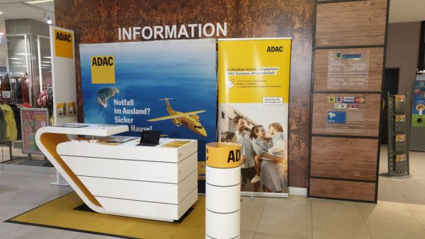 ADAC Vertriebsagentur Marita Günther berät interessierte Urlaubsplaner