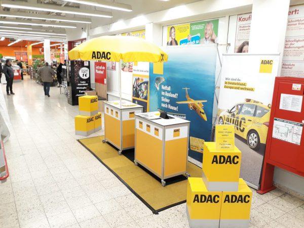 ADAC Vertriebsagentur Marita Günther vor dem Supermarkt Eingang